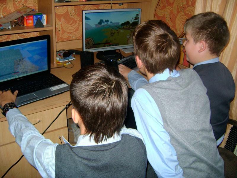 Подростки за компьютером