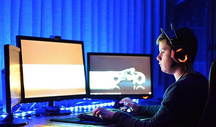 Подросток играет за ноутбуком