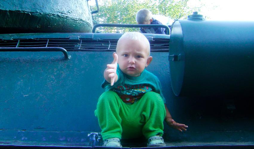 Ребенок тянет ручки к маме - мама, не отдавай меня!