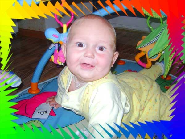 Счастливое детство - ребенок радуется