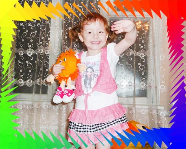 Что такое женское счастье? Веселая девочка с игрушкой